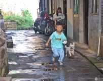 《老街上的孩童》