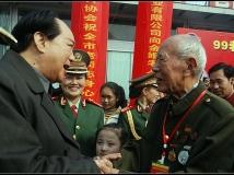 【13年第8期月赛】著名演员和老红军亲切握手交谈