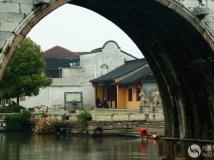 古桥下綄洗女
