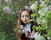 丁香花丛中的美眉
