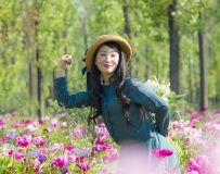 她 在 花 丛 中 一