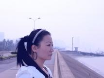 【手机拍客】钱塘江边拍照的白衣女人