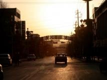 晨光里的小城街道