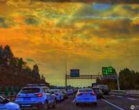 《高速路上美丽的晚霞》(手机拍摄)