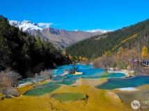 黄龙五彩池。