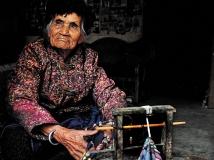 编织饰品的哈尼老阿婆