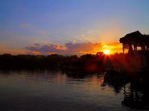 晚霞映照古老石船---颐和园