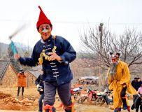 踩高跷。南召县云阳镇白行村民俗表演到各家采冈记实。